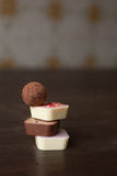 Mucchio delle caramelle differenti su una tavola di legno Fotografia Stock Libera da Diritti