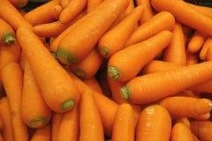 Mucchio delle carote arancio vibranti di colore, per fondo Fotografia Stock