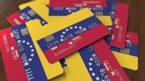 Mucchio delle carte di credito con la bandiera del Venezuela Animazione concettuale venezuelana 3D del sistema bancario stock footage