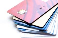 Mucchio delle carte di credito su fondo bianco Fotografia Stock Libera da Diritti