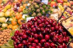 Mucchio delle ciliege al mercato di boqueria a Barcellona Fotografia Stock Libera da Diritti