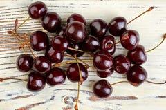Mucchio delle ciliege mature su fondo d'annata Fotografie Stock