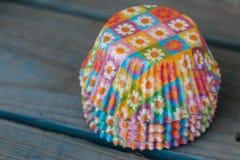 Mucchio delle forme di carta floreali per i muffin bollenti immagini stock libere da diritti