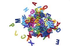 Mucchio delle lettere di legno variopinte isolate sopra il backgrou bianco Fotografia Stock Libera da Diritti