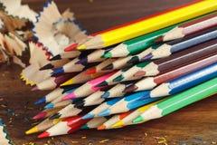 Mucchio delle matite colorate, fondo di legno Fotografia Stock