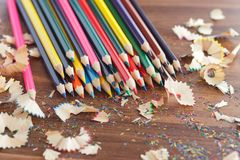 Mucchio delle matite colorate, fondo di legno Fotografia Stock Libera da Diritti