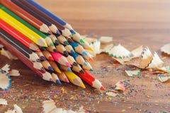 Mucchio delle matite colorate, fondo di legno Fotografie Stock