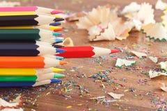 Mucchio delle matite colorate, fondo di legno Fotografie Stock Libere da Diritti