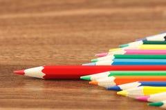 Mucchio delle matite colorate sui precedenti di legno Immagini Stock