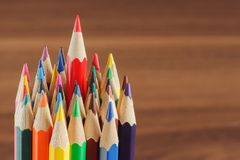 Mucchio delle matite colorate sui precedenti di legno Fotografia Stock