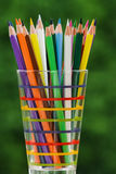 Mucchio delle matite colorate in un vetro Fotografia Stock Libera da Diritti