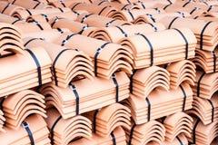 Mucchio delle mattonelle di tetto impaccate Fotografie Stock Libere da Diritti