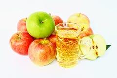 Mucchio delle mele e del succo di mele freschi su fondo bianco Immagine Stock Libera da Diritti