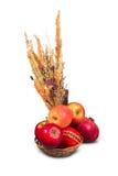 Mucchio delle mele rosse in canestro di vimini Fotografia Stock Libera da Diritti