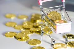 Mucchio delle monete Carretto con bitcoin Effetto dello spostamento di inclinazione fotografia stock