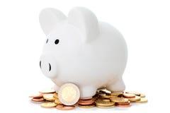 Mucchio delle monete e del porcellino salvadanaio Fotografia Stock Libera da Diritti