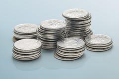 Mucchio delle monete isolate su fondo grigio Fotografia Stock