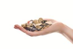 Mucchio delle monete in mano della donna fotografie stock libere da diritti