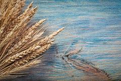 Mucchio delle orecchie della segale del grano sul bordo di legno d'annata Fotografia Stock Libera da Diritti