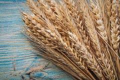 Mucchio delle orecchie mature della segale del grano sul punto di vista superiore d'annata del bordo di legno Fotografie Stock Libere da Diritti