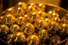 Mucchio delle palle dorate della sfera Chiuda su, profondità di campo bassa immagine stock