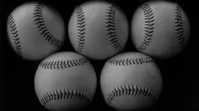 Mucchio delle palle usate per giocare con nel gioco di baseball, sguardo atletico Immagini Stock