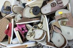 Mucchio delle pantofole sul deposito di offerta Fotografia Stock Libera da Diritti