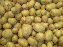 Mucchio delle patate lavate fresche di nuovo raccolto immagini stock