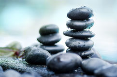 Mucchio delle pietre della stazione termale con stile di natura morta della goccia di acqua Fotografie Stock
