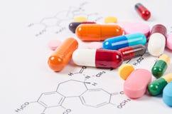 Mucchio delle pillole e delle compresse di colore Immagine Stock