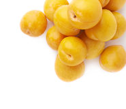 Mucchio delle prugne gialle multiple isolate Immagini Stock Libere da Diritti