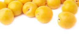 Mucchio delle prugne gialle multiple isolate Fotografia Stock