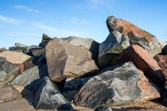 Mucchio delle rocce multicolori e dei massi come beac di erosione costiera immagini stock libere da diritti