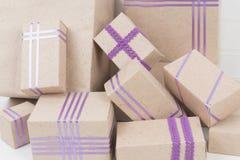 Mucchio delle scatole con i nastri porpora Immagini Stock Libere da Diritti