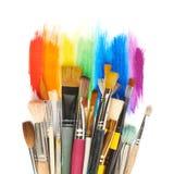 Mucchio delle spazzole differenti sopra i colpi della pittura fotografia stock libera da diritti