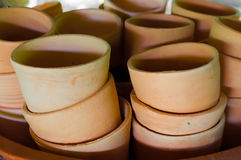 Mucchio delle tazze al forno dell'argilla in officina Immagini Stock