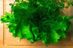 Mucchio delle teste organiche fresche del letucce Il mucchio del raccolto dell'insalata verde del taglio va di recente sulla tavo Immagine Stock