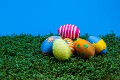 Mucchio delle uova di Pasqua su crescione Fotografia Stock