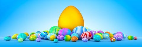 Mucchio delle uova di Pasqua variopinte che circondano un uovo dorato gigante Immagini Stock