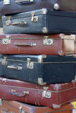 Mucchio delle valigie d'annata variopinte Fotografia Stock