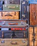 Mucchio delle valigie d'annata variopinte Immagine Stock