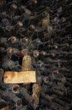 Mucchio di bottiglie di vino polverose molto vecchie fotografie stock libere da diritti