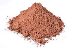 Mucchio di cacao in polvere su un bianco Immagini Stock