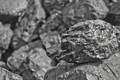 Mucchio di carbone Una roccia della fine del carbone su sul fondo nero del carbone Posto per testo Copi lo spazio Carbone di alta Fotografie Stock Libere da Diritti