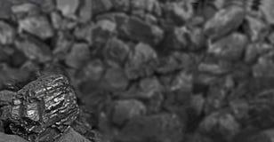 Mucchio di carbone Una roccia della fine del carbone su sul fondo nero del carbone Posto per testo Copi lo spazio Carbone di alta Fotografia Stock