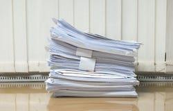 Mucchio di carta del documento del lavoro sull'ufficio dello scrittorio Fotografia Stock
