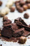 Mucchio di cioccolato con i dadi Immagine Stock Libera da Diritti