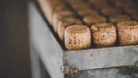 Mucchio di Cork Lid di legno fotografie stock