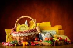 Mucchio di formaggio e del canestro Immagini Stock
