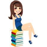 Mucchio di Girl Sitting Books dello studente Fotografia Stock